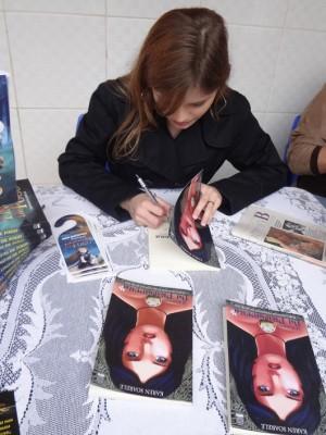 Autografando na feira do livro do colégio Liceu.